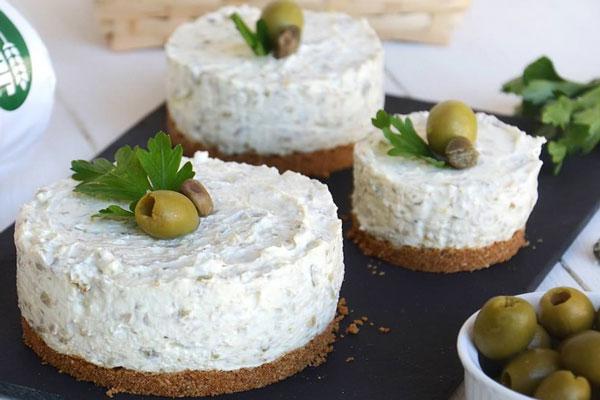 Mini-cheesecake aux olives vertes