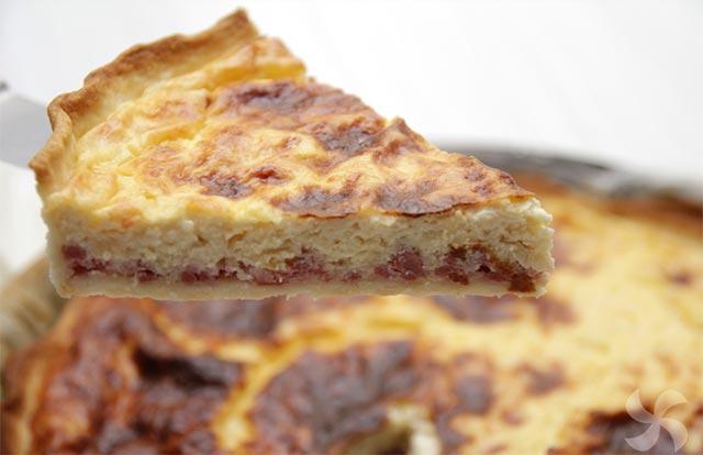 Quiche Lorraine avec saucisse, jambon et fromage