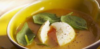 Soupe aux légumes aux oeufs mollets