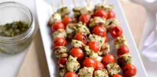 Brochettes de poulet et tomates cerises à la sauce pesto
