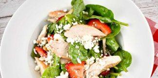 Salade de poulet aux épinards et aux fraises