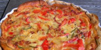 Avec les belles journées ensoleillées arrivent les légumes bien colorés comme le poivrons, nous en profiterons pour vous présentez cette magnifique recette pour faire une tarte aux poivrons. Ingrédient : 6 parts – 9 SP / part 3 poivrons Pâte brisée au fromage blanc 1 échalote 1 cuillère à soupe de'huile d'olive 2 oeufs 15 cl de crème liquide allégée 20% 100 g de lardons fumés 120 g de feta allégée 8% Du paprika Sel et poivre Préparation : Commencez par préchauffer votre four à 180°, puis faites revenir les poivrons et l'échalote dans l'huile d'olive pendant 10 minutes. Battez les oeufs dans un bol avec la crème liquide, ajoutez-y les lardons coupés en morceaux. Ajoutez-y le sel, le poivre et le paprika, puis ajoutez les poivrons et mélangez bien. Déposez la pâte brisée dans un moule et piquez la avec une fourchette, puis répartissez votre préparation dessus. Parsemez de feta puis mettez au four pendant 40 minutes, puis servez votre tarte aux poivrons à coté d'une salade.
